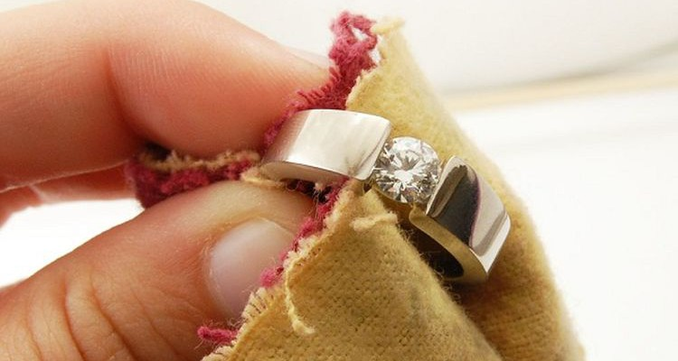 Чистка ювелирных изделий с камнями в домашних условиях